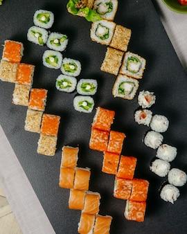Sushi set philadelphia califórnia caranguejo maki kappa maki ebi maki vista superior