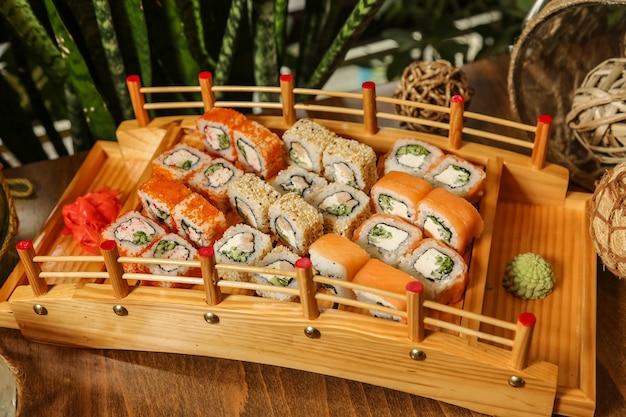 Sushi set philadelphia califórnia gengibre wasabi vista lateral