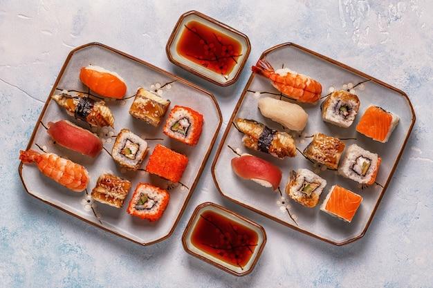 Sushi set: sushi e sushi rola no prato.