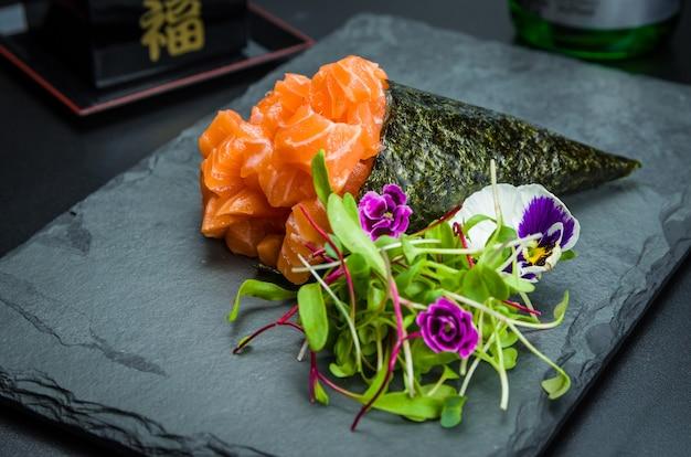 Sushi temaki. tradicional culinária japonesa, temaki premium de salmão decorado em ambiente elegante.