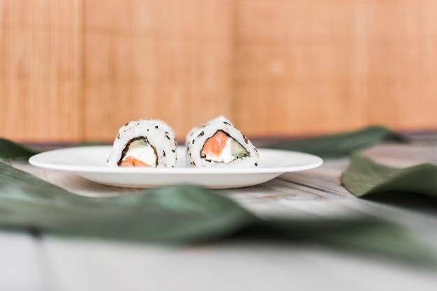 Sushi tradicional delicioso no prato sobre a mesa