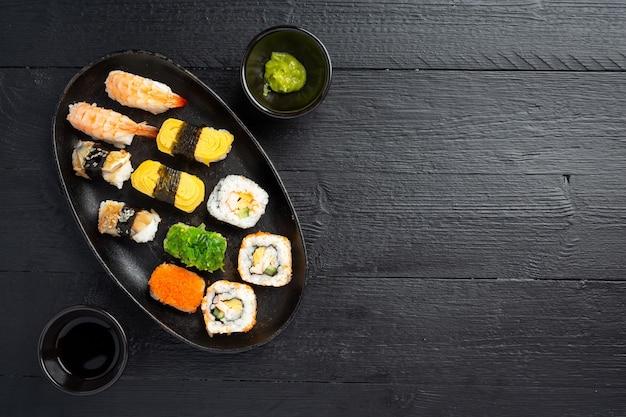 Sushi tradicional em superfície escura