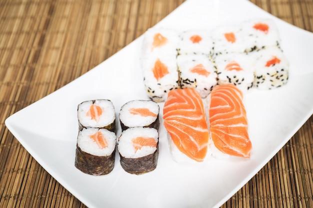 Sushi, uma comida típica japonesa preparada com uma base de arroz e vários peixes crus, como atum, salmão, camarão e pargo.