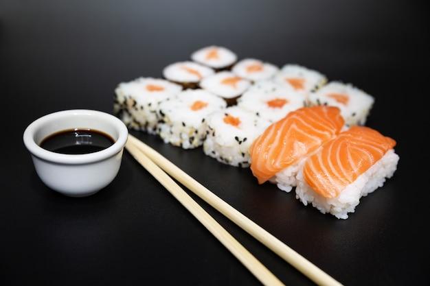 Sushi, uma comida típica japonesa preparada com uma base de arroz e vários peixes crus.