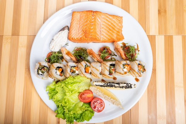 Sushi variado, camarão e um pedaço de salmão grelhado. para qualquer propósito.