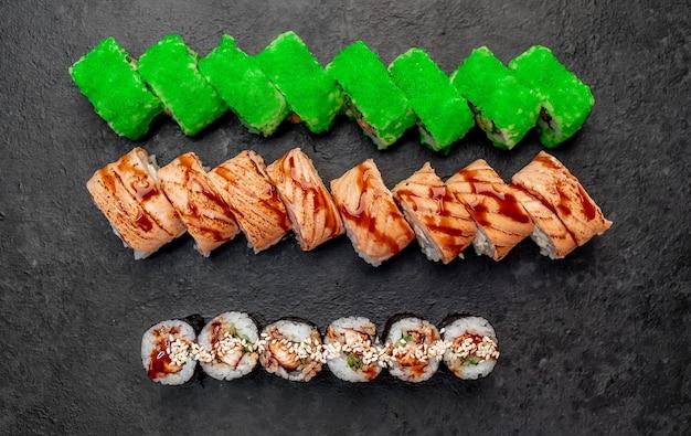 Sushi variado com nigiri e rolinhos de sushi em fundo de pedra