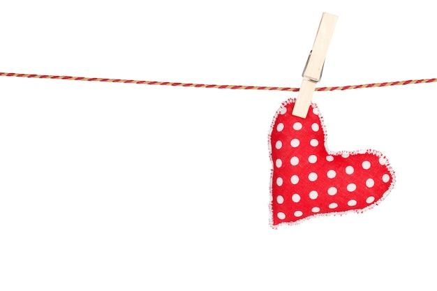 Suspensão de brinquedo em forma de coração. isolado em fundo branco
