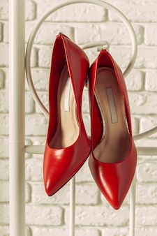 Suspensão de sapatos de mulheres vermelhas