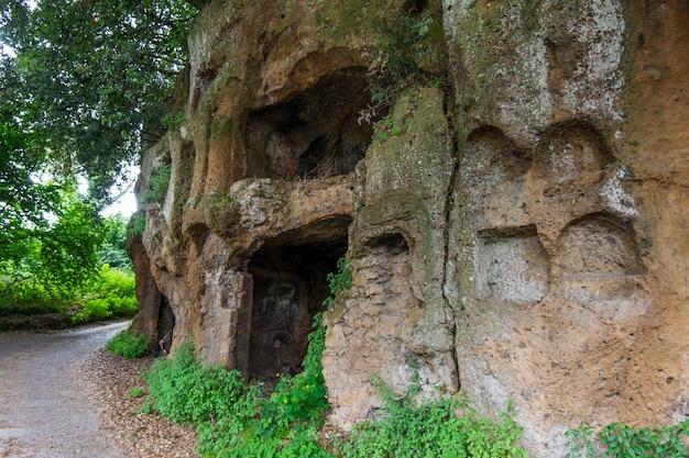Sutri em lazio, itália. necrópole rupestre do período romano