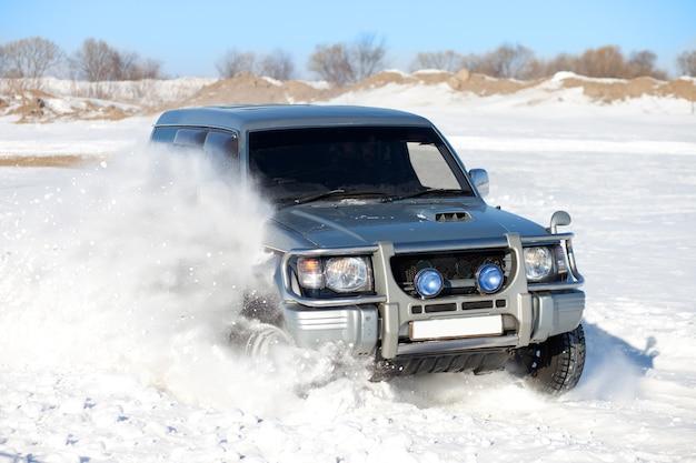 Suv clássico viajando na neve