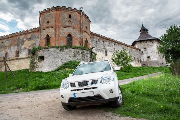 Suv de conceito de viagem de carro em frente ao antigo espaço de cópia do castelo