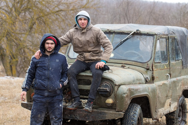 Suv russo, veículo off-road desliza, preso no rio