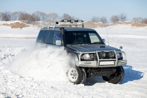 Suv velho viajando na neve