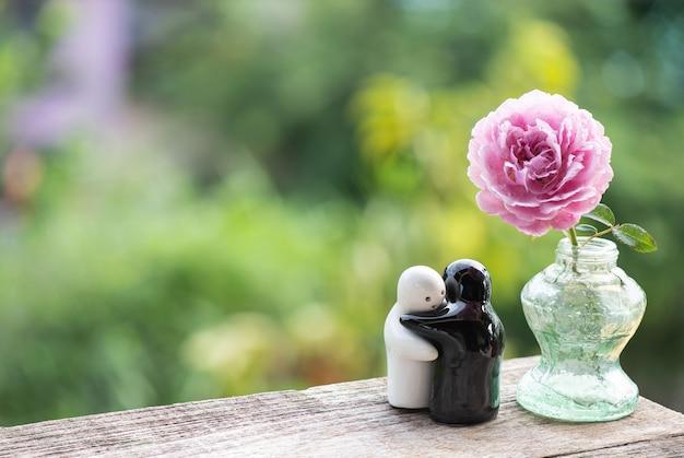 Swain e rosa damasco rosa flor na superfície da natureza.