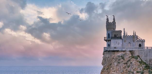 Swallows nest é um castelo localizado perto de yalta no topo do penhasco aurora de 130 pés