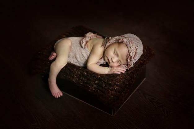 Sweet dormindo recém-nascido, estilo escuro e inocente
