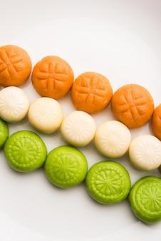Sweet tiranga peda ou pedha ou tricolor indiana pera é um mithai preparado para a independência ou saudação do dia da república