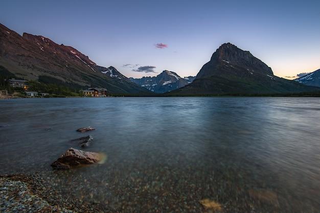 Swiftcurrent lake antes do pôr do sol, montana