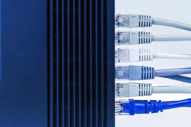 Switch de rede e cabos ethernet, conceito de data center.