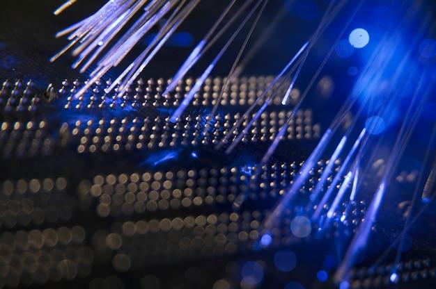 Switch de rede preto com fibra óptica