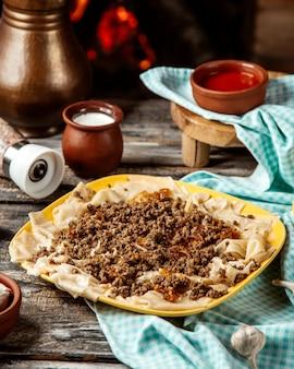 Syuzma khikal com carne picada iogurte natural manteiga derretida vista lateral