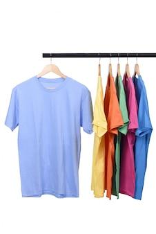 T-shirt colorida no cabide