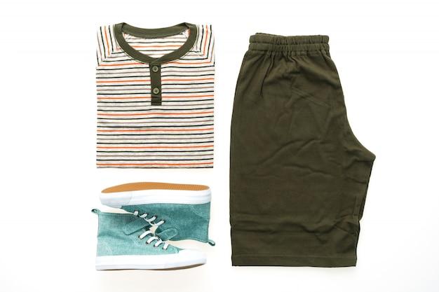 T-shirt com calças e sapatos