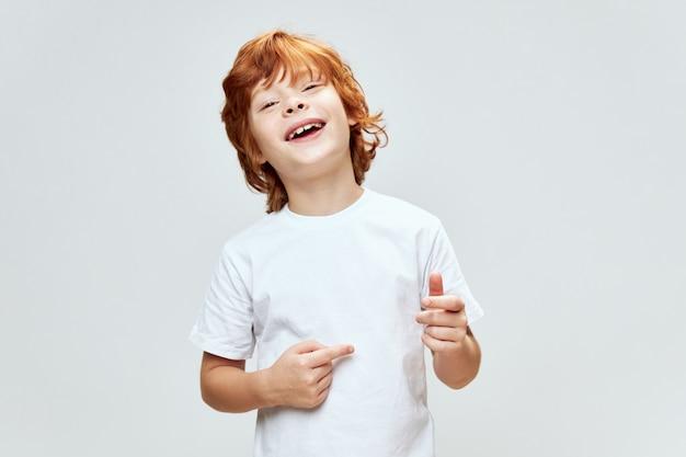 T-shirt de potro alegre estúdio estilo de vida gesto de infância