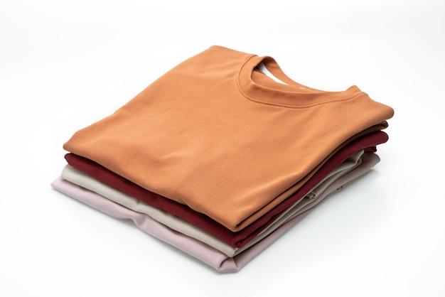 T-shirt dobrada isolada na superfície branca