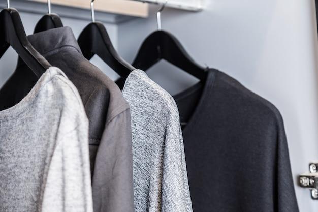 T-shirt monotone no guarda-roupa estilo de vestir casual, estilo de vida conceito de vida