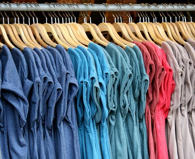 T-shirts com cores diferentes para venda