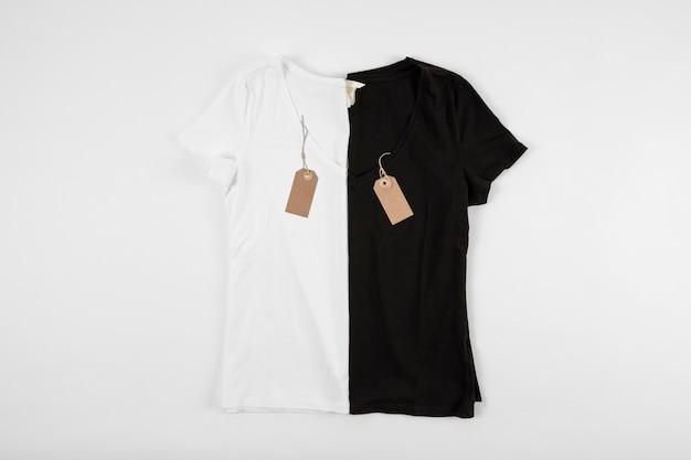 T-shirts em preto e branco ao lado do outro
