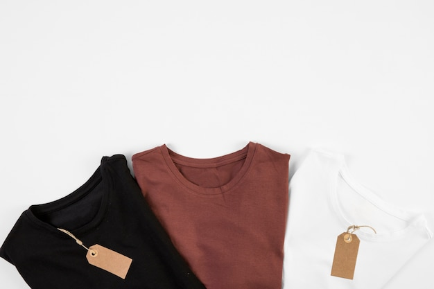 T-shirts em três cores com etiquetas