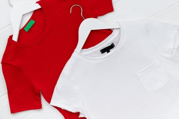 T-shirts femininas em cabide na superfície branca