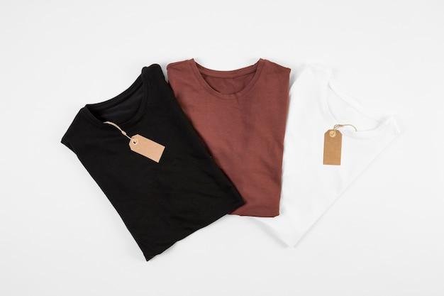 T-shirts pretas, vermelhas e brancas