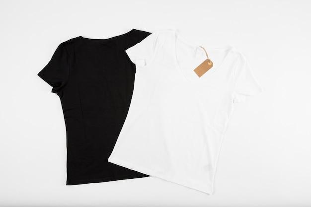 T-shirts preto e branco com etiqueta de preço