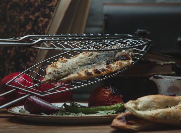 Tabacca de peixe grelhado e mistura de vegetais