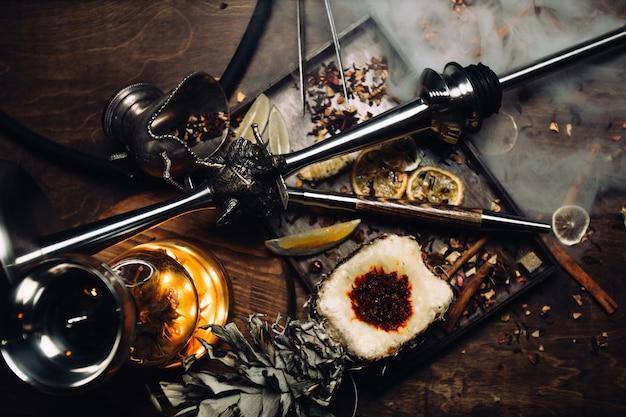 Tabaco de narguilé com sabor de manga, romã e marmelo. fumo com aroma de frutas tropicais. shisha de fumar oriental