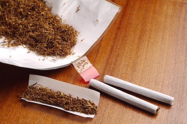 Tabaco e cigarros enrolados à mão na mesa