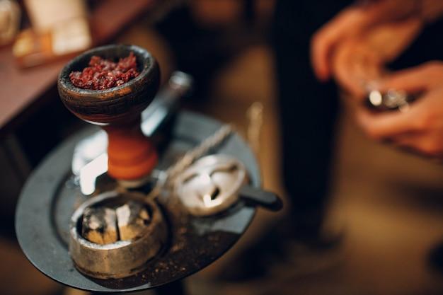Tabaco shisha para narguilé colocando na tigela para fumar e lazer