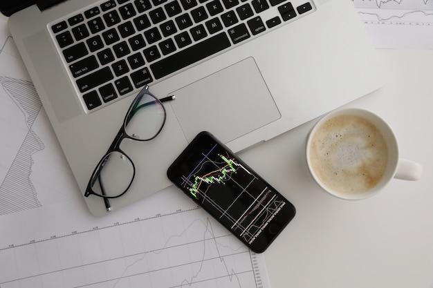Tabela branca copos café telefone índice crescimento gráfico