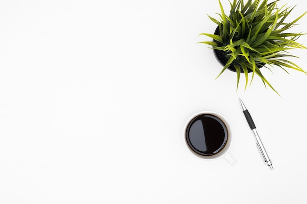 Tabela branca da mesa de escritório com xícara de café e pena. vista superior, fundo, com, copyspace