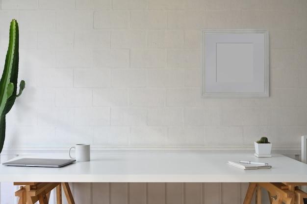 Tabela branca do espaço de trabalho escandinavo e espaço da cópia.