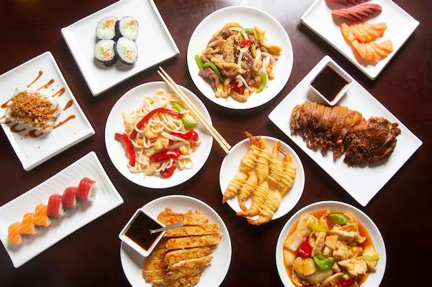 Tabela com comida japonesa típica, vista de cima.