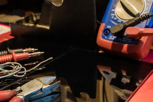 Tabela de equipamentos de engenheiro specialis com equipamento de solda solda alicate testador foto de stock