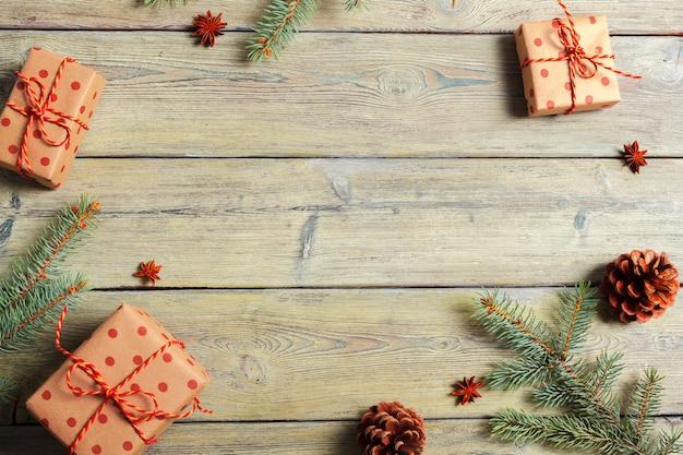 Tabela de madeira branca com árvore de natal e opinião superior das decorações.