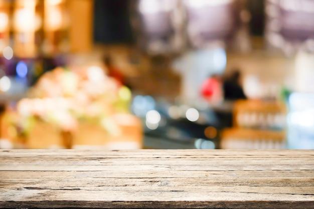 Tabela de madeira com fundo do borrão da cafetaria.