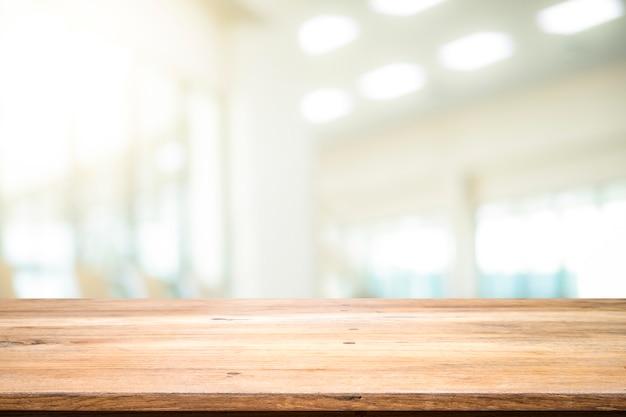 Tabela de madeira com fundo do borrão da sala do escritório.