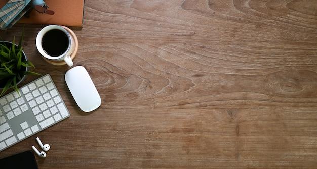 Tabela de madeira confortável vintage com material de escritório