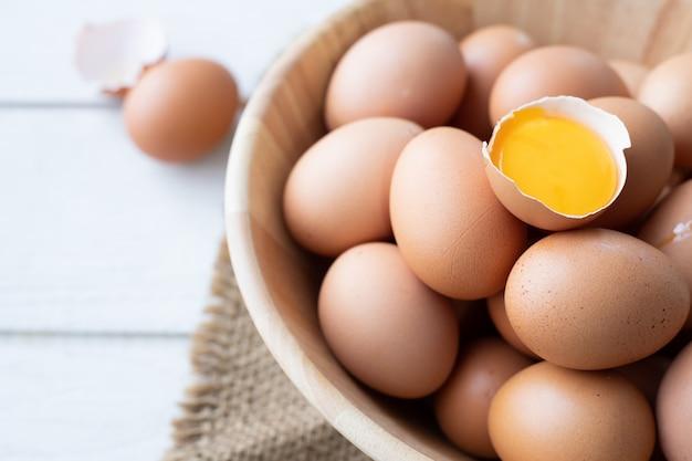 Tabela de madeira da cozinha com fim acima do ovo na cesta.